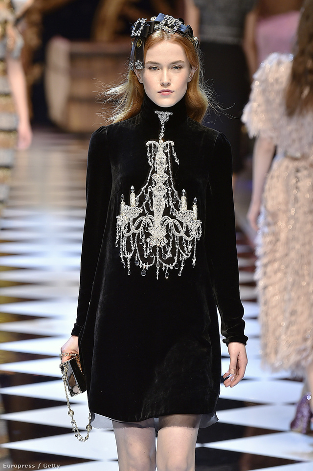 Csilláros bársonyruha a Dolce & Gabbana milánói kifutóján.