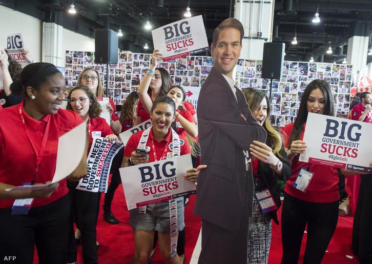 Rubio portréjával táncolnak aktivisták egy washingtoni kampányrendezvényen