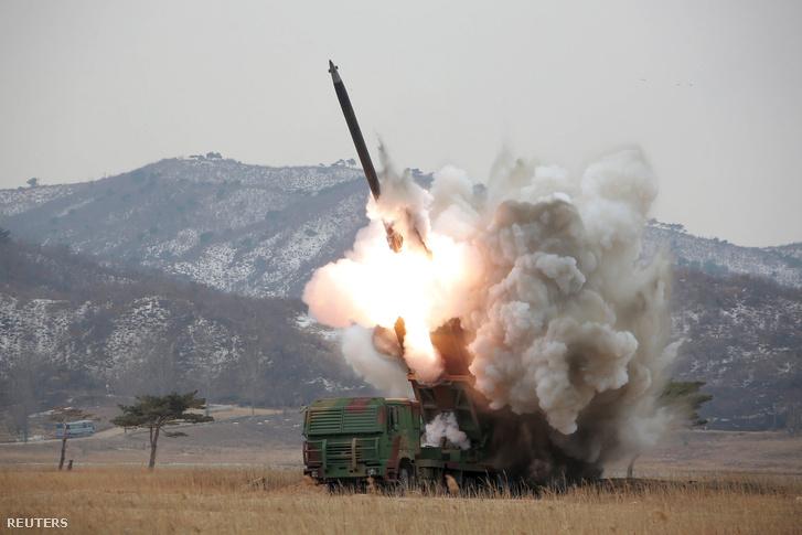 Egy a napokban kiadott fotó Észak-Korea rakétakísérleteiről
