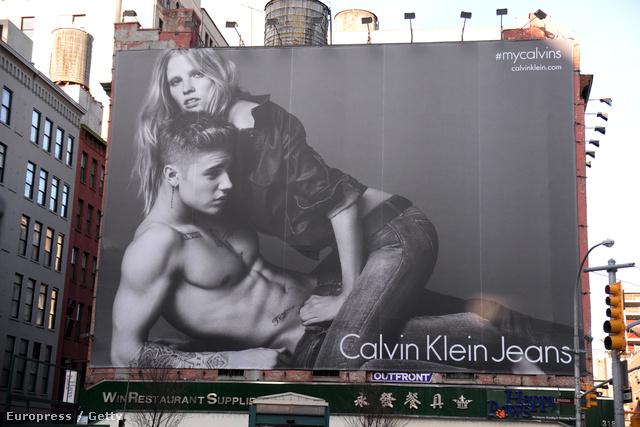 Lara Stone és Justin Bieber a Calvin Klein plakáton.