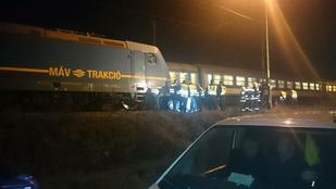 Felismerhetetlen roncs lett a vonat elé hajtó autóból