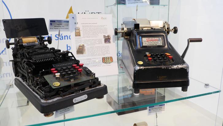 Svéd-amerikai Sundstrand számológépek száz évvel ezelőttről: a cég már ekkor levédette azt a billentyűkiosztást, amit ma is használunk a számoknál