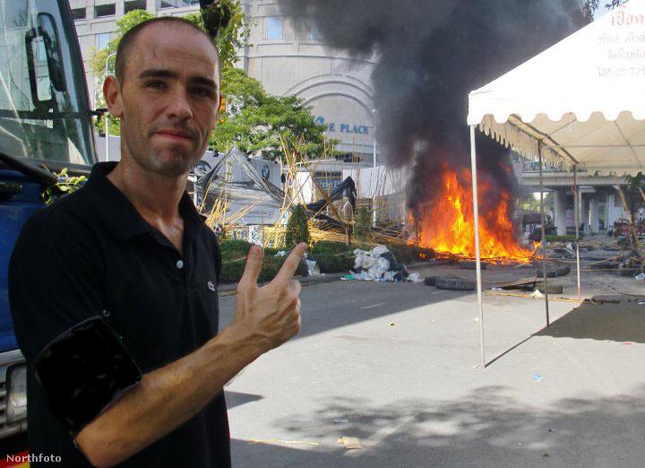 Ez 2010-ben Bangkokban volt. Éppen zavargások voltak, McGinlay úgy érezte, ezt nem hagyhatja ki