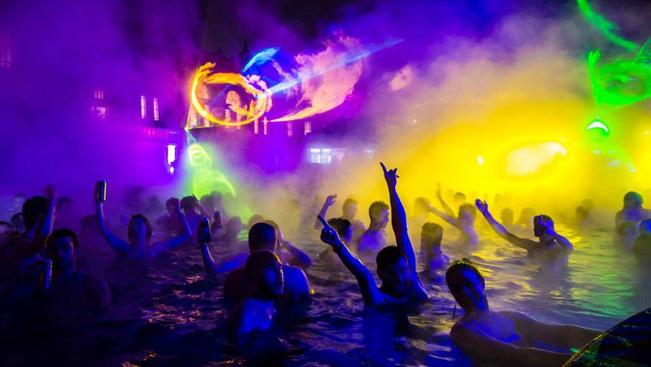 Imádják a budapesti éjszakai fürdőpartis klipet a netezők