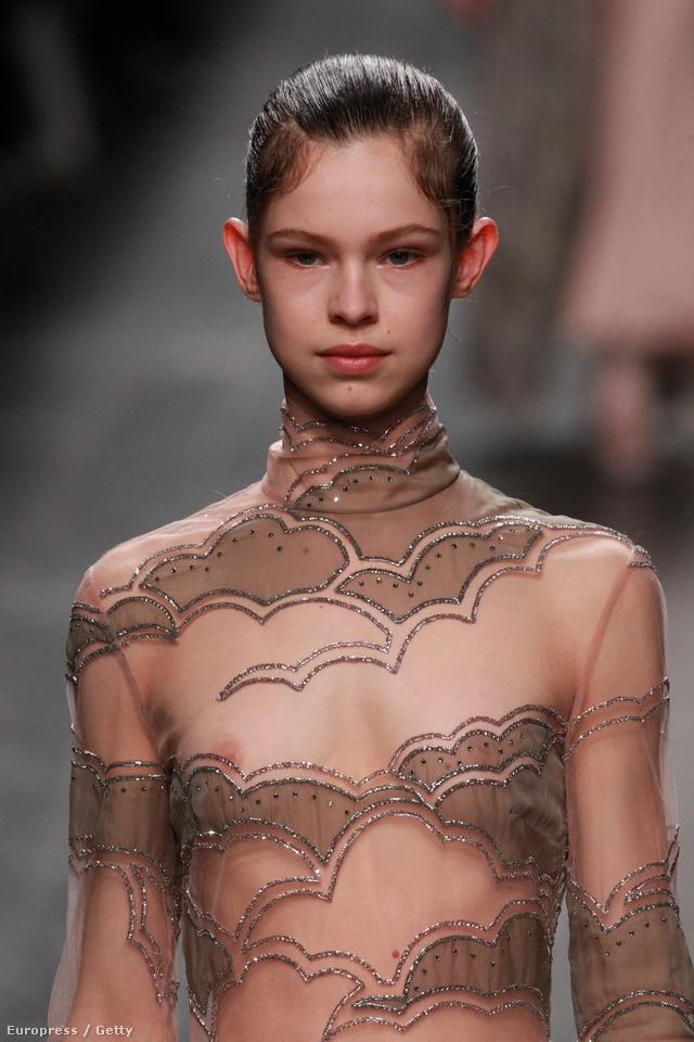 Mellbimbó villantó kamaszlány a Valentino kifutóján.