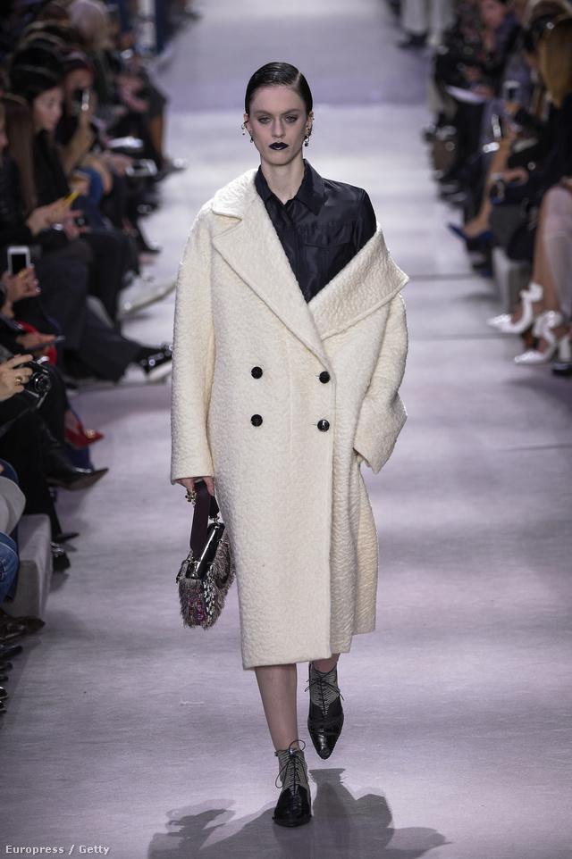 Túlméretezett fehér kabát a Diortól.