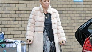 Kate Moss még mindig mankóval jár