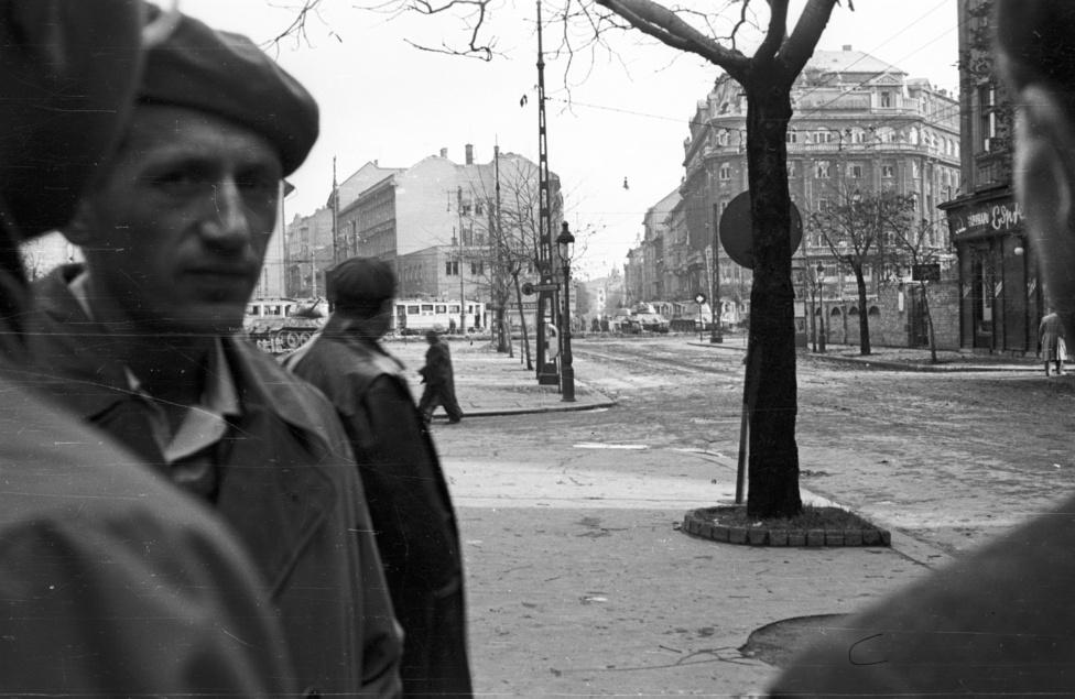Bámészkodó felkelők a Kecskeméti utcában, háttérben a Kálvin tér. Felismeri valaki a svájcisapkás férfit?