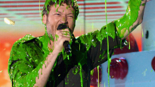 Csodálja meg Blake Sheltont zöld trutyiban!