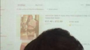 Az osztály előtt nézegetett fehérneműs nőket a projektorról megfeledkező tanár