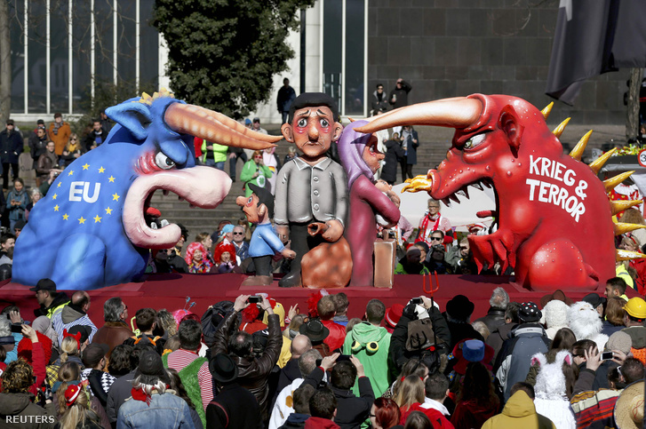 A menekültválság mint téma a dusseldorfi karneválon is megjelent (menekültek a háború és az EU között)