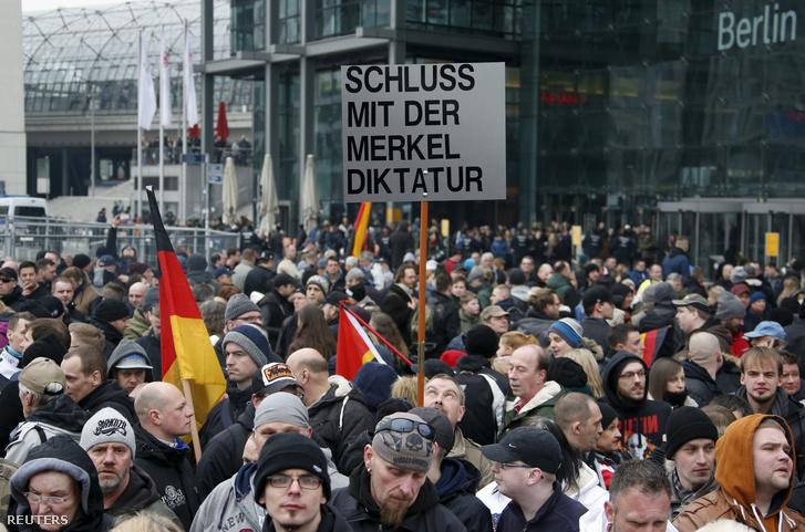 Szélsőjobboldaliak tüntetnek berlinben, a kancellária előtt Merkel politikája ellen