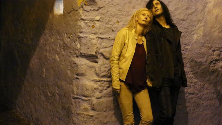 Tom Hiddlestone a Halhatatlan szeretők című filmben Tilda Swintonnal