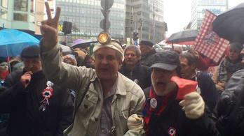 Megemlékezők zavarták meg az Orbán ellen tüntetőket