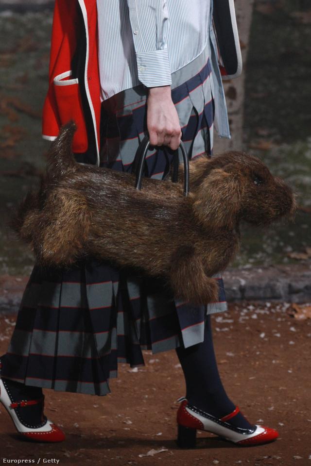 Élethű szálkás szőrű tacskó táska a Thom Browne kollekciójában.