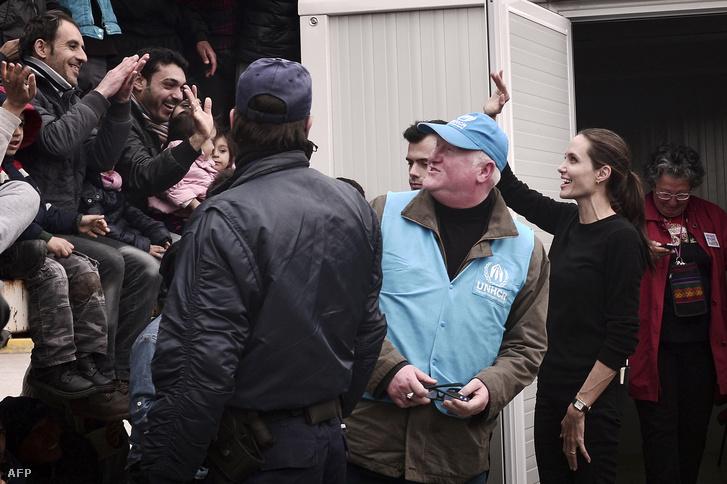 Angelia Jolie a görögországi Pireusz kikötő közelében felállított átmeneti menekülttáborban, 2016. március 16-án.