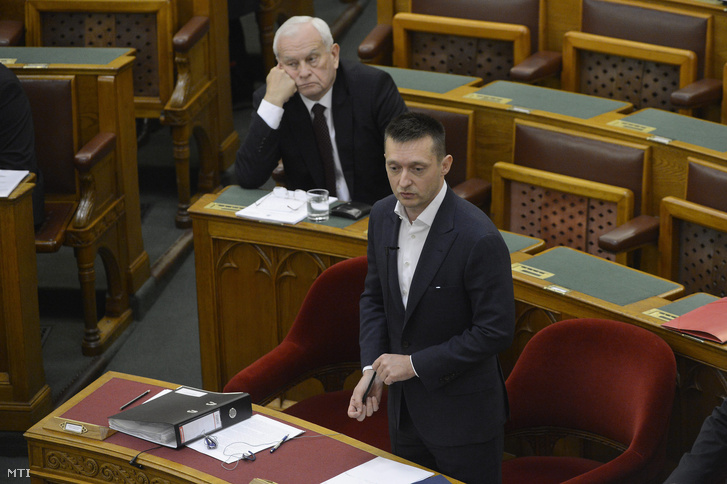 Rogán Antal a Miniszterelnöki Kabinetirodát vezetõ miniszter napirend elõtt felszólalásra válaszol az Országgyûlés plenáris ülésén 2016. március16-án.