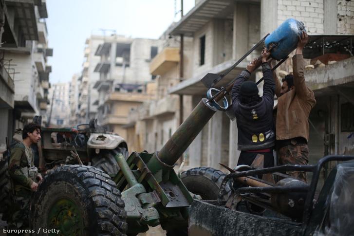 A Szabad Szíria Hadsereg (FSA) harcosai Aleppoban, 2015. január 31-én.