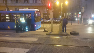 Gyalogost talált el egy busz kereke Budán