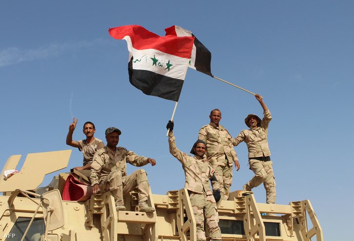 Iraki katonák ünneplik Rámádi város visszafoglalását 2016. március 16-án.