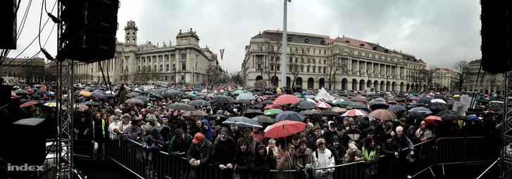 Tüntetők a Kossuth téren március 15-én