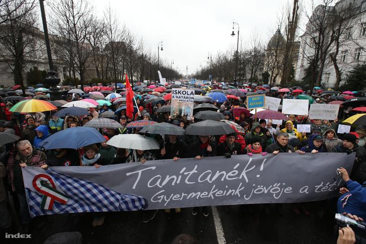 Tüntető pedagógusok március 15-én