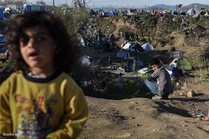 Menekültek a görög-macedón határon