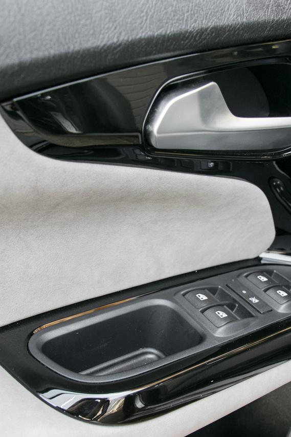 A Lounge-nál műbőrt és zongoralakkot kapunk az ajtóra, a nyitókallantyú viszont furán lötyögött ebben az autóban