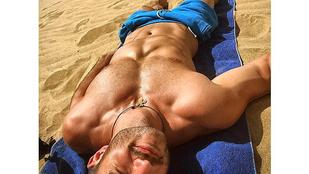 ÉNB Kristóf homoktengerben mutogatja tökéletes testét