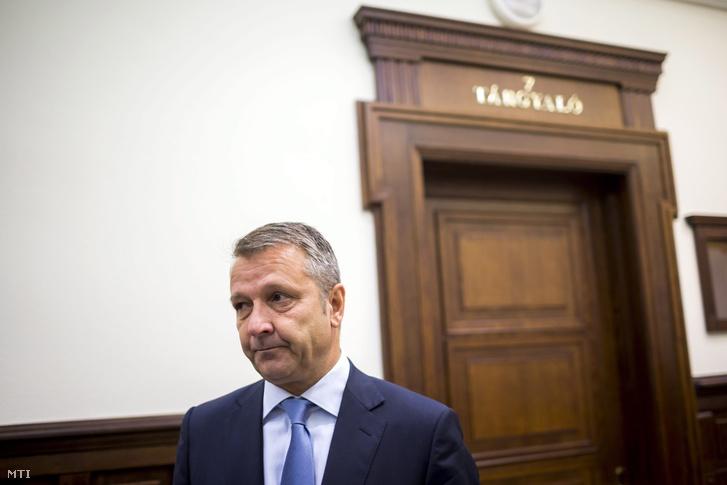 Molnár Gyula Újbuda volt szocialista polgármestere az ellene hivatali visszaélés miatt indult büntetőper másodfokú tárgyalása előtt a Fővárosi Ítélőtábla folyosóján 2013. október 30-án.