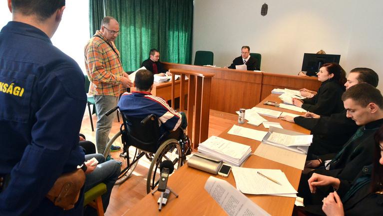 Kerekesszékes migránst is vádolnak a röszkei balhé miatt