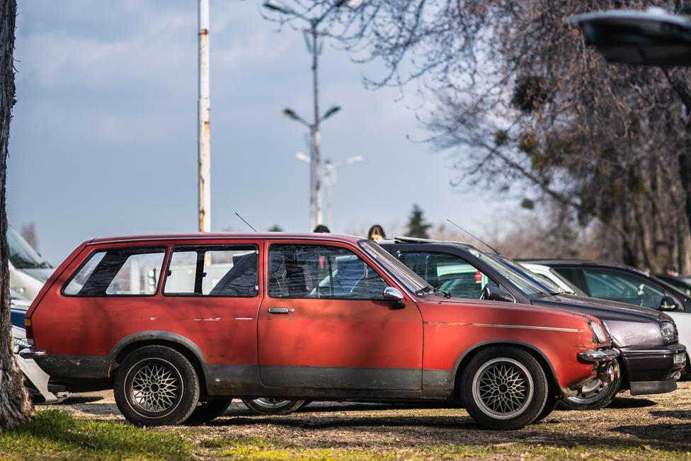 Itt most vagy a tányér nem egyenes, vagy a leves görbe, de ez az autó mintha nem létezne. Az 1976-tól gyártott Vauxhall Chevette Estate az angol átiratata az Opel Kadett C kombijának, ellenben csak jobbkormányos létezett belőle, ez viszont balos.