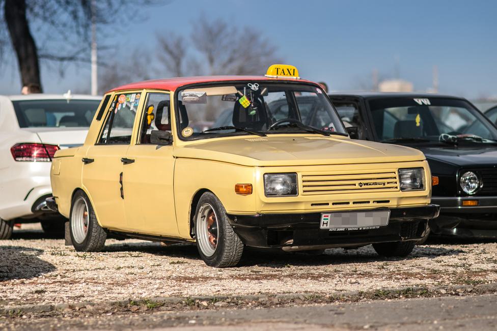A benti felhozatal sajnos mutatta, hogy a KGST-autók eléggé fogynak. Elvétve akadt csak Skoda S100 vagy Trabant. A szociautók becsületét menti a Fake Taxi Wartburg. A színe kellően taxis, tökéletes átmenetet biztosítva a pesti sárga és a müncheni bézs között. Bár a nagykerekű Wartburg a szakzsargonban egészen más, de akkor is ezek a nagy kerekek nyernek.
