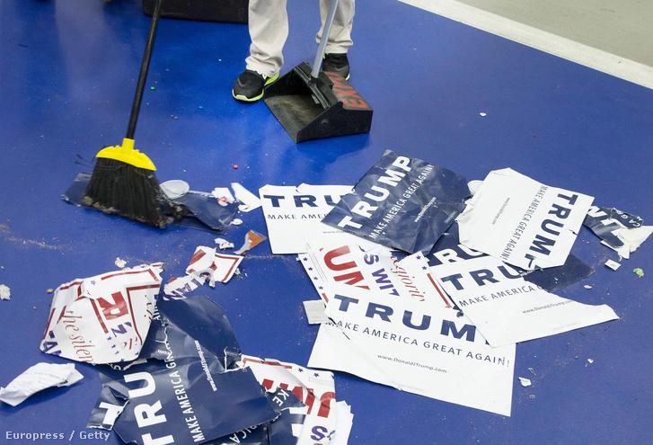 Takarítók dolgoznak a Michigan állambeli Warrenben a Macomb Kollégiumban rendezett kampányesemény után, 2016. március 4-én.