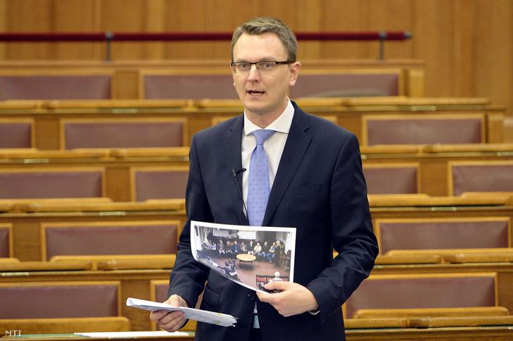 Rétvári Bence az Emberi Erõforrások Minisztériumának parlamenti államtitkára napirend elõtti felszólalásra válaszol az Országgyûlés plenáris ülésén 2016. március 21-én.