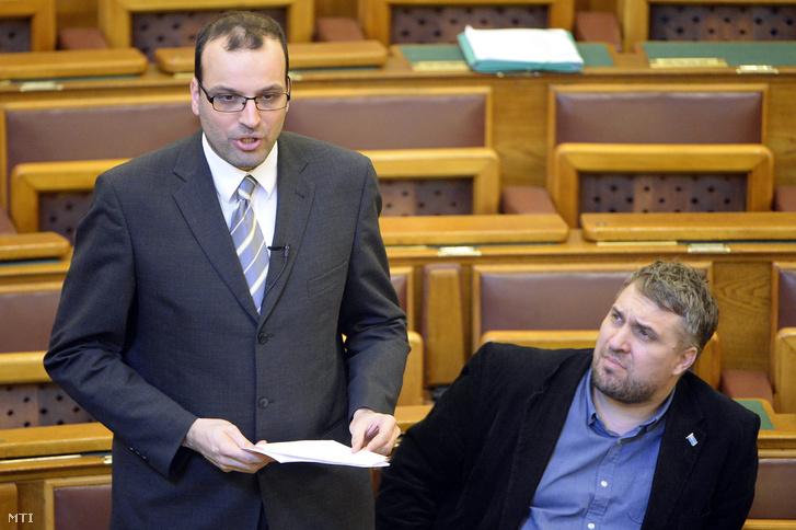 Ikotity István az LMP képviselõje napirend elõtt felszólal az Országgyûlés plenáris ülésén 2016. március 21-én. Mellette képviselõtársa Sallai R. Benedek.