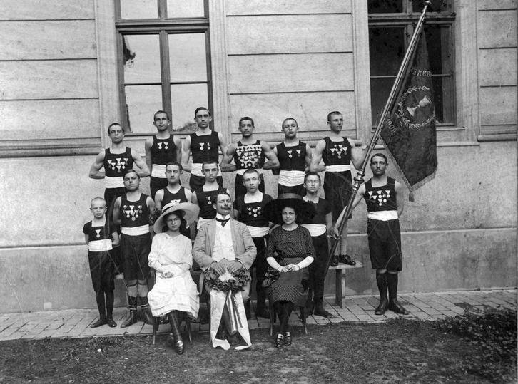Sportélet a századfordulón: a Békési Torna Egylet tagjai 1909-ben