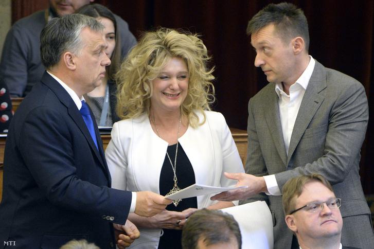 Orbán Viktor miniszterelnök Dunai Mónika fideszes képviselõ és Rogán Antal a Miniszterelnöki Kabinetirodát vezetõ miniszter az Országgyûlés plenáris ülésén 2016. március 21-én.