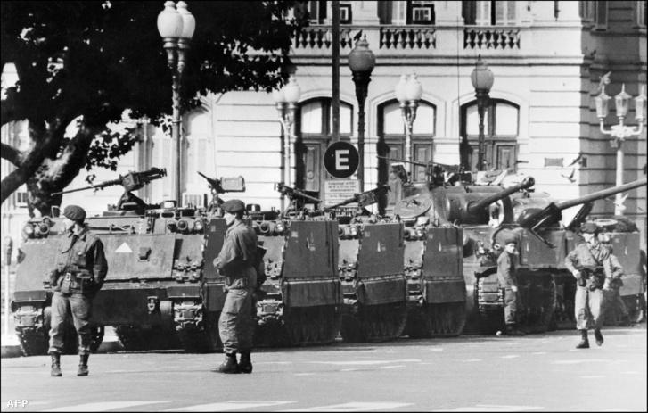 1976. március 24-én tankok és katonák a Casa Rosada, az elnöki palota előtt. Vértelen katonai puccsal leváltották Isabel Perónt, Videla tábornok vette át a hatalmat