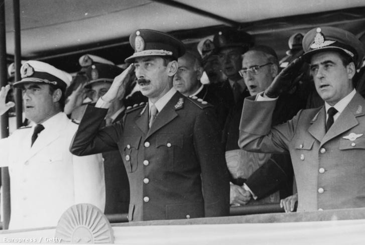 Jorge Rafael Videla elnök (középen) 1977-ben