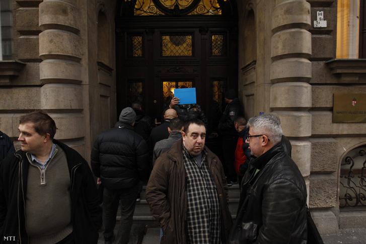 Lukács Zoltán a Magyar Szocialista Párt alelnöke (j2) és Nyakó István volt MSZP-s országgyûlési képviselõ Budapesten a Nemzeti Választási Iroda épülete elõtt 2016. február 23-án.