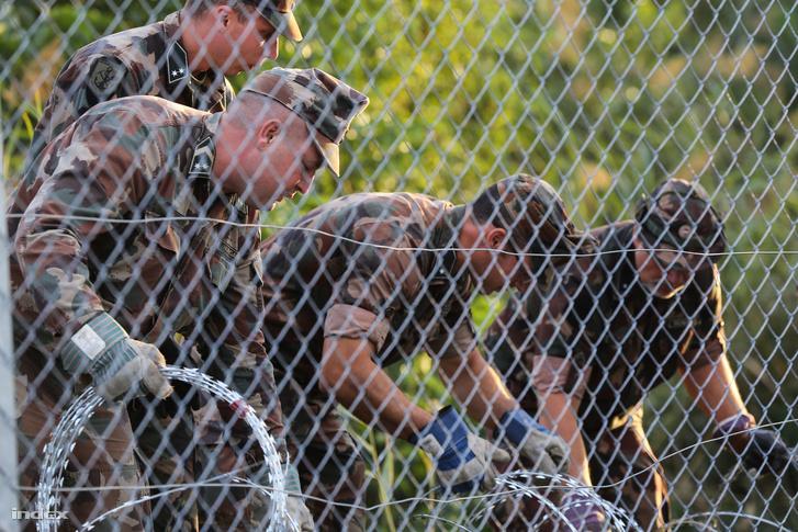 Katonák dolgoznak a magyar-szerb határon felhúzott biztonsági határzár építésén, Röszke közelében, 2015. szeptember 14-én.