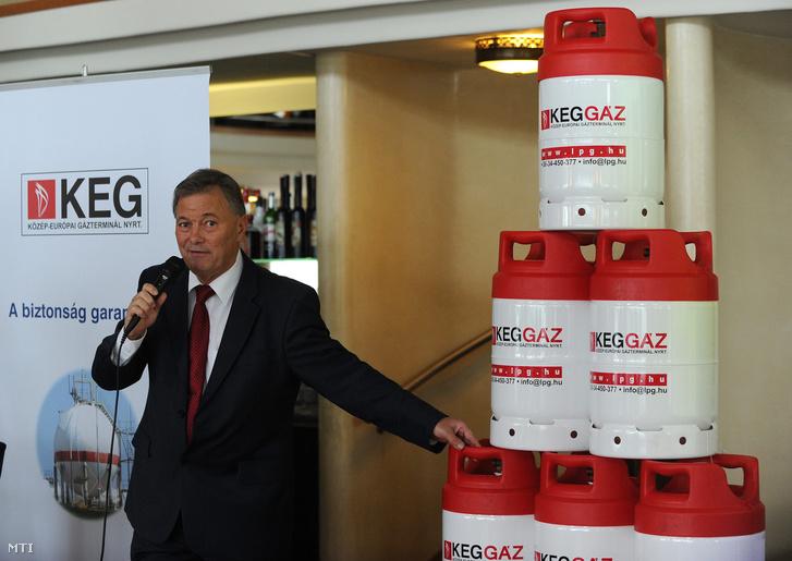 Steier József, a Közép-Európai Gázterminál Nyrt. vezérigazgatója mutatja a nyilvántartást forradalmasító mikrochippel ellátott acél biztonsági szelepes extra könnyû gázpalackot, 2010. március 23-án.