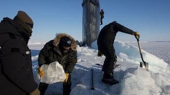 Így jön fel egy tengeralattjáró a sarki jégpáncél alól