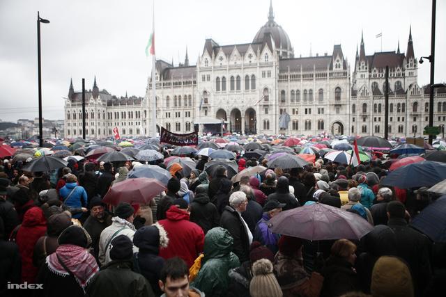 Tanártüntetés március 15.-én a Kossuth téren
