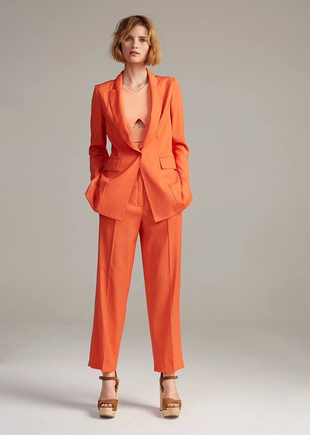 Narancs nadrágkosztüm barna szandállal a USE unused kollekciójában.