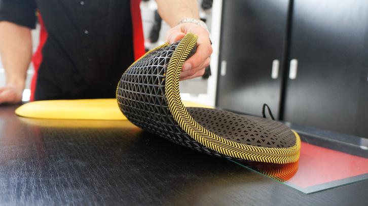 Egy kimondottan drága, csúcsminőségű gerincprotektor: a rácsos szerkezetnek köszönhetően szellőzik is