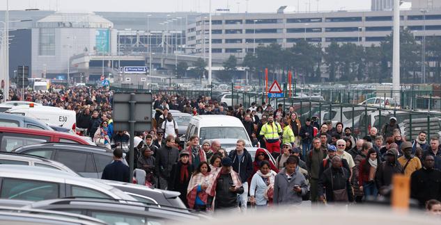 Utasok özönlenek ki a támadás után a brüsszeli Zaventem nemzetközi repülőtérről