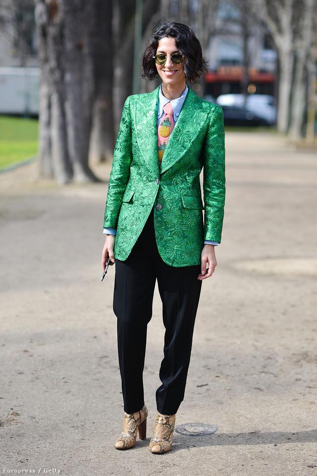 A style.com divatszerkesztője, Yasmin Sewell egy élénk zöld Gucci zakót passzintott a fekete nadrághoz a párizsi divathéten.