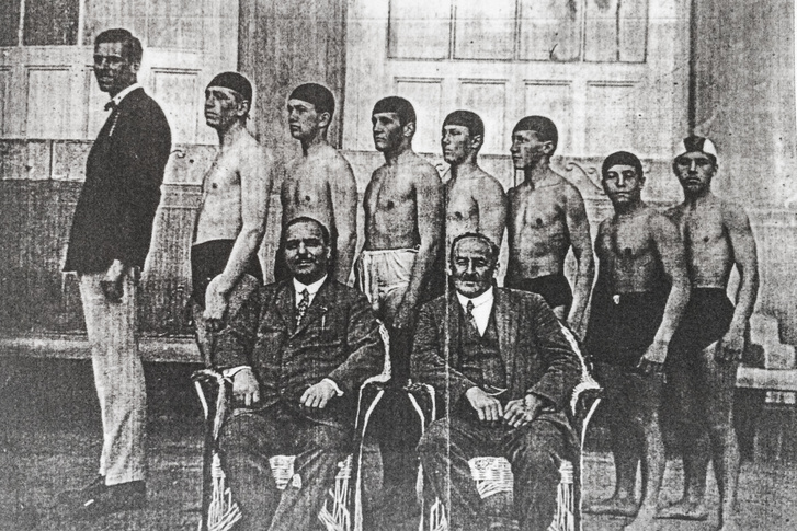 A gimnáziumi bajnokcsapat, Tarics Sándor jobbról a harmadik